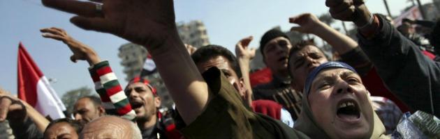 Egitto, manifestanti assediano palazzo presidenziale e sfondano le inferriate