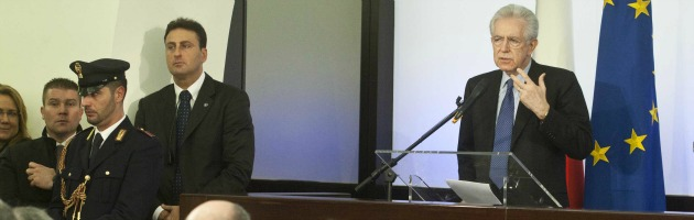 "Monti attacca Berlusconi in conferenza stampa. E annuncia: ""Pronto a leadership"""