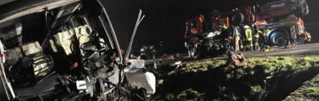 Scontro tra auto e un pullman di rientro dalla discoteca: morti 4 giovani