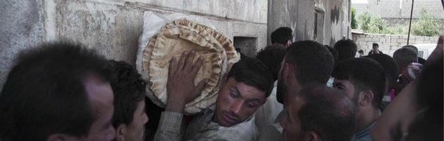 Siria, raid su oltre mille persone in fila per il pane: almeno 90 morti