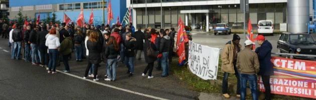 """""""L'azienda ci ricatta"""". A Piacenza gli operai occupano il tetto dell'Atlantis"""