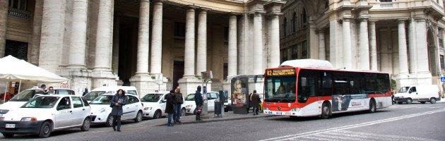 Napoli, autobus fermi in tutta la città: mancano i soldi per il gasolio. E' polemica
