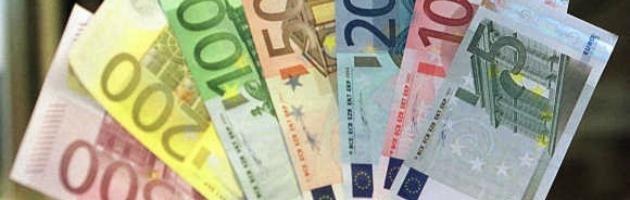 Anziano lancia in strada banconote da 100 euro. Fermato dalla polizia