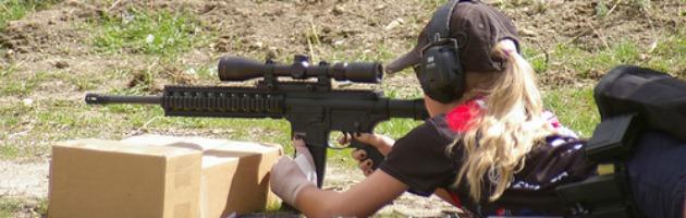 Bambina col fucile