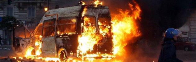 Scontri Roma - blindato in fiamme