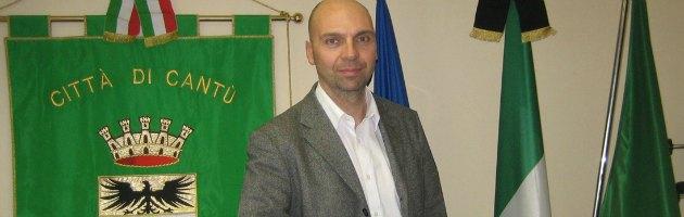 """Cantù, Tricolore listato a lutto. Il sindaco: """"Italia sull'orlo del declino"""""""