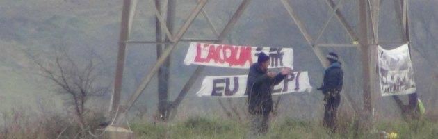Roma, incatenati sui tralicci per protesta contro la discarica di Monti dell'Ortaccio