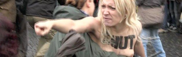 Roma, blitz nudista delle Femen durante l'Angelus: fermata la leader ucraina