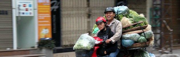 """Indonesia, vietato alle donne salire in motorino a cavalcioni: """"Sconveniente"""""""