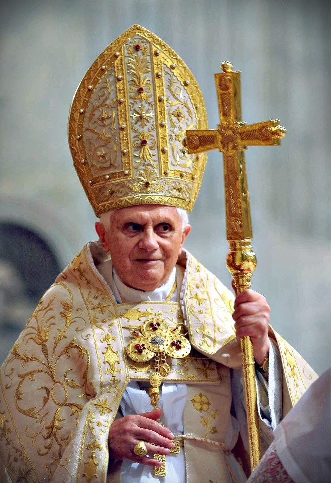 Papa con paramenti antichi
