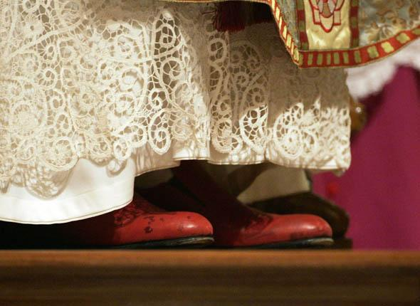 Papa con scarpe rosse (2)