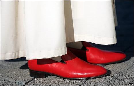 Papa con scarpe rosse