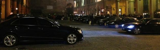 """Auto blu invadono piazza pedonale alla prima teatrale. Il Comune: """"Offesa la città"""""""