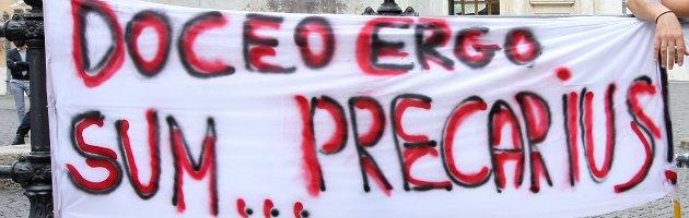Scuola, precaria tenta di darsi fuoco a Montecitorio. Fermata dai manifestanti