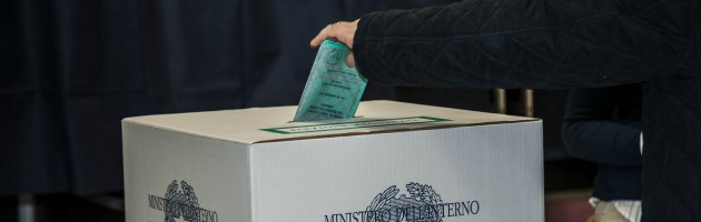 Elezioni, un elettore va a votare a cavallo e una ragazza è candidata a sua insaputa