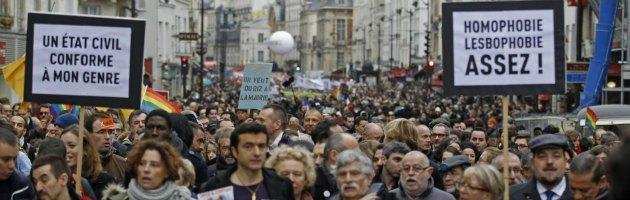 """Matrimoni e adozioni gay, la Francia dà il via definitivo alla legge. """"Momento storico"""""""