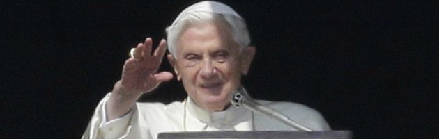 """Liguria, parroco brucia foto di Ratzinger: """"Ha abbandonato la Chiesa"""""""