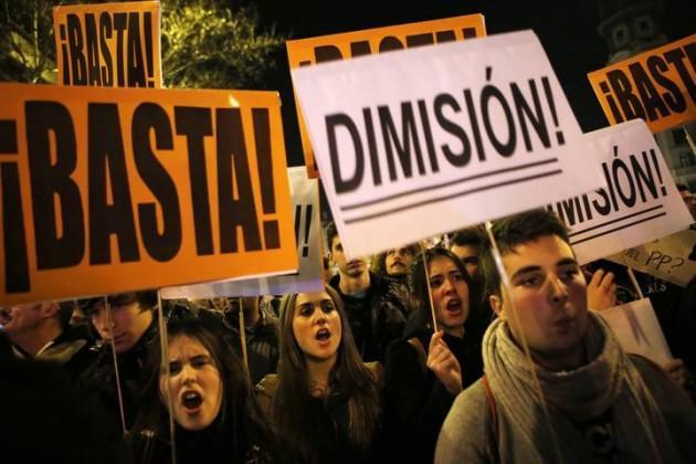 Proteste davanti alla sede del Partito popolare, Spagna