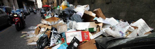 Rifiuti a Napoli, sprechi per assunzioni inutili: Bassolino e Iervolino condannati
