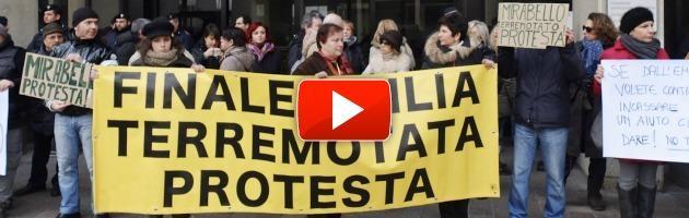"""Sisma, protestano in 200 davanti a Errani: """"Troppa burocrazia, soldi mai visti"""""""