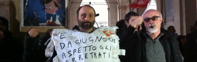 """Pizzarotti contestato da 200 dipendenti comunali: """"Basta tagli in busta paga"""""""