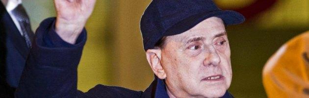 """Senato, Berlusconi contestato. """"Legittimo impedimento"""", ma se la prende comoda"""