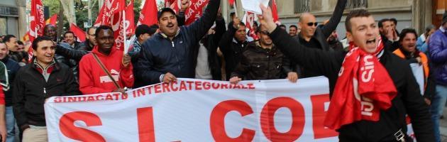 """Piacenza, la rabbia dei facchini in piazza: """"Stipendi da fame, trattati come schiavi"""""""