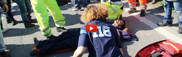 Sciopero facchini, cariche della polizia: un ferito e via Emilia bloccata (video e foto)