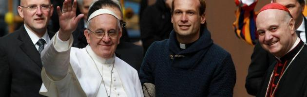 Francesco, il Papa-parroco: dopo la messa saluta ad uno ad uno tutti i fedeli