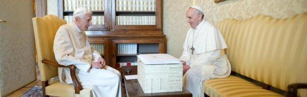 """Papa Francesco e Ratzinger, l'incontro. Bergoglio: """"Un abbraccio tra due fratelli"""""""