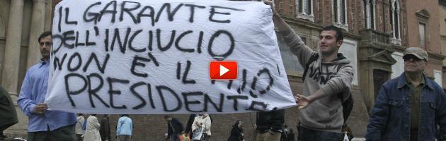 """5 Stelle e delusi del Pd in piazza: """"No all'inciucio e a Napolitano"""" (video)"""