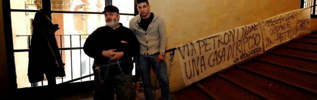 """Bologna, baristi incatenati a Palazzo d'Accursio: """"Vessati dal Comune"""" (foto)"""