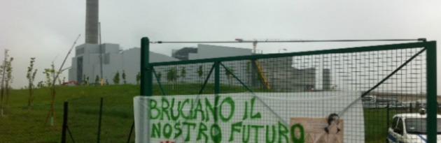 """Parma, acceso l'inceneritore. Protesta ai cancelli dell'impianto: """"Pizzarotti dov'è?"""""""