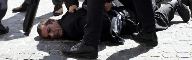 due carabinieri feriti, fermato l'attentatore