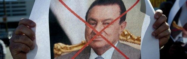 Egitto, nuovo processo a Mubarak. Il giudice rinuncia: caos in aula