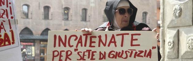"""Suora cacciata dalla Chiesa protesta in piazza: """"Papa Francesco chieda scusa"""" (foto)"""