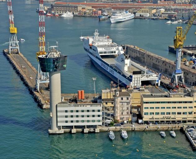 La torre del porto di Genova prima del crollo