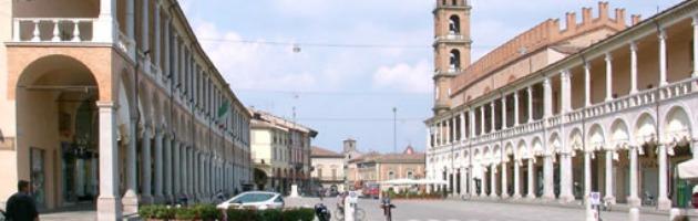 Faenza, bruciato nella notte il portone del Comune