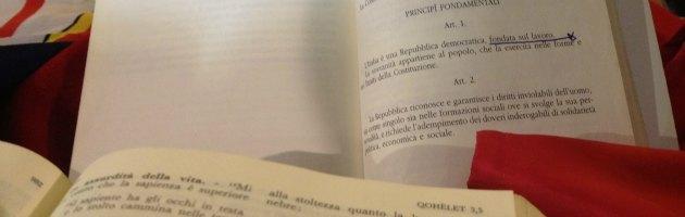 Don Gallo, il tributo di Genova. Costituzione, Bibbia e bandiera rossa