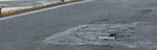 """Napoli, De Magistris indagato per le buche stradali. """"Sono sorpreso e arrabbiato"""""""