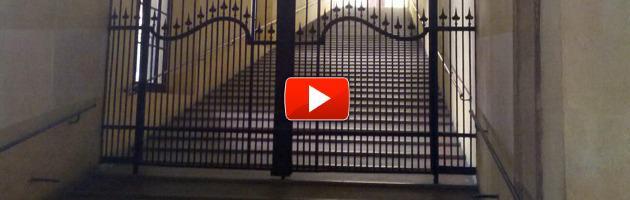 Duecento maestre protestano in Comune, ma Merola chiude loro il cancello in faccia