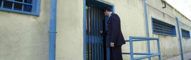 """Carceri, la testimonianza: """"La cella è due metri per quattro, ci viviamo in sei"""""""