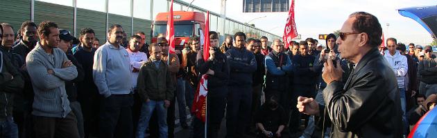 Sciopero facchini, in 350 bloccano i tir all'Interporto di Bologna (video e foto)