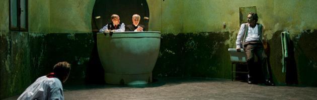 Giù: Scimone e Sframeli a Pubblico teatro con il marciume dell'Italia contemporanea