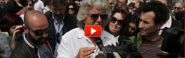 """Grillo porta 420 mila euro alla scuola di Mirandola: """"I politici dove sono?"""" (video)"""