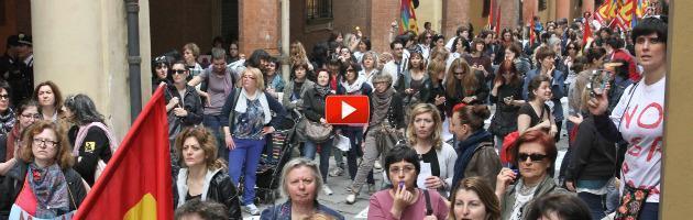 """Maestre in sciopero, traffico in tilt: """"Pd e Merola, giù le mani dalla scuola pubblica"""""""