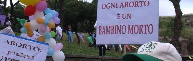 """Roma, anti-abortisti in marcia. """"Siamo 30mila"""". Polemica tra Alemanno e Marino"""