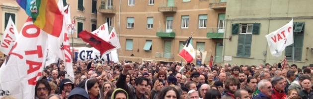 """Funerali don Gallo, il pianto di Genova. Fischi e """"Bella ciao"""" contro Bagnasco"""