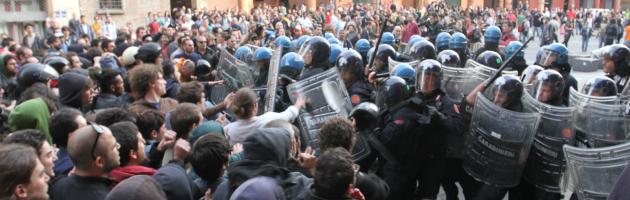 Guerriglia in Piazza Verdi, scontri tra polizia e collettivi: cinque feriti (foto)