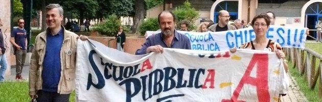 Bologna, catena umana in difesa della scuola pubblica